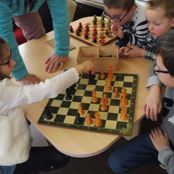 Après-midi jeux... trop bien les échecs !